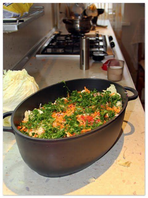 Понадобятся: савойская капуста (можно конечно же обыкновенную, но тогда листы минуты 2 подержать в кипящей воде, чтоб они были мягкими, толстую прожилку отбить или обрезать), репчатый лук, морковь, фарш (в который добавили чутОк отварного риса), помидоры (у нас в консервированные), соль, перец,…