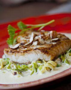 Gebakken kabeljauw met preiroomsaus en hazelnoten