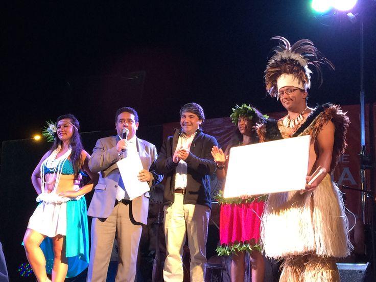 Director del Ballet Cultural Puku Rangii Tea de Rapa Nui, Señor Antonio Atan, recibe de manos del Sr. Alcalde de Valdivia, Dn Omar Sabat un recuerdo de nuestra Ciudad de Valdivia, al cierre de los aperitivos culturales del año 2016.