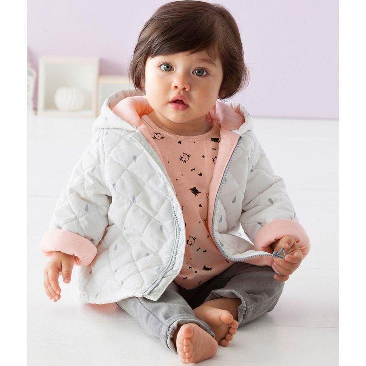 Tenue pour bébé fille La Redoute : doudoune blanche motifs gouttes d'eau, tee-shirt imprimé chats, pantalon gris #mode #bebe #fille #naissance #mixte #hiver #ete