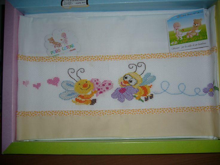 Ciao a tutte, avrei bisogno dello schema di questo lenzuolino o qualcuno simile per una bimba. Potete aiutarmi? Grazie............A presto