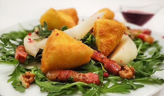 Жареный Камамбер, бекон, груши, малиновый дрессинг (Fred Camembert, Bacon, Pears Salad with Raspberry Dressing)