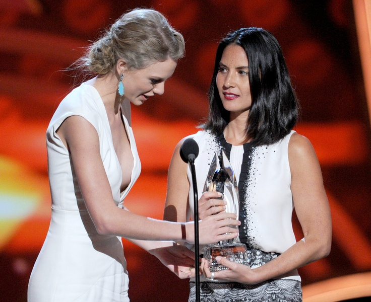 Taylor Swift and Olivia Munn What do you think of this style? #PCAs #PeoplesChoiceAwards #redcarpet #awardseason #glamour #awardseasonstyle #taylorswift #oliviamunn