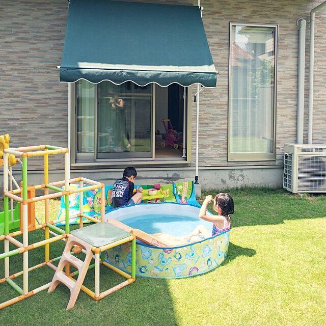玄関 入り口 庭 芝生 プール プール開き などのインテリア実例