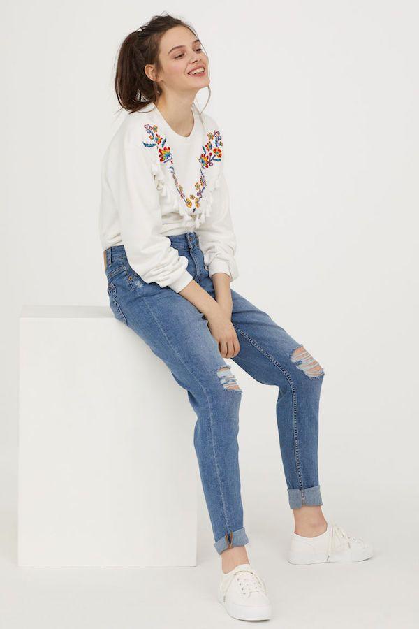 7e7ed4fd21d Catálogo H&M Primavera Verano 2018 blanco con colores y jean apretado Vestido  H&m 2018, Primavera