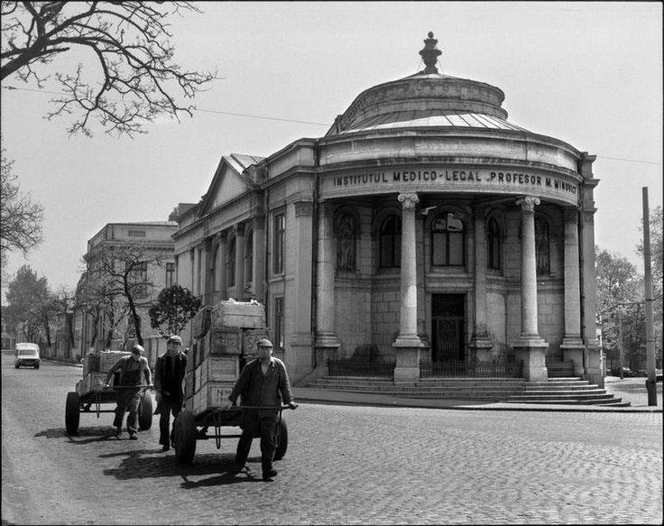 Mutare în grabă, în trecere pe lângă vechiul Institut Medico-Legal de pe Splaiul Unirii - cartierul evreiesc, anii '80. Pe aici trece azi bulevardul Unirii, chiar prin dreptul Bibliotecii Naţionale.  Source: Andrei Pandele