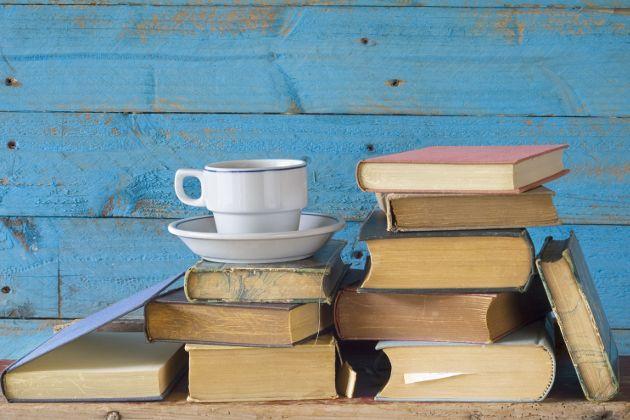 Όλοι χωρίς εξαίρεση αισθανόμαστε ότι βρισκόμαστε σε εποχή υπερπαραγωγής έντυπων βιβλίων, και αναρωτιόμαστε για τις βαθύτερες και πραγματικές αιτίες του εν λόγω φαινομένου γνωστού όντος ότι το ηλεκτρονικό βιβλίο κερδίζει συνεχώς έδαφος, αργά και σταθερά, τουλάχιστον στο εξωτερικό.