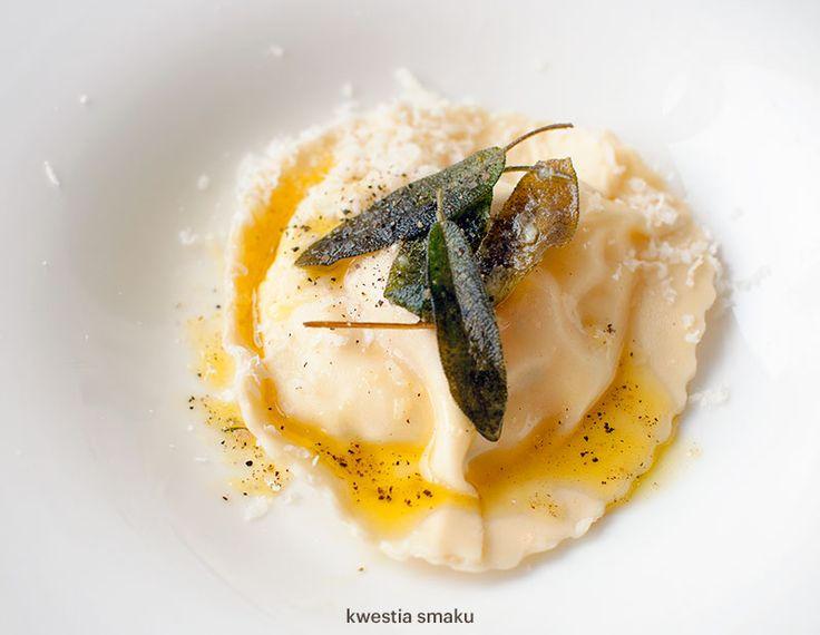Raviolo con uovo z płynnym żółtkiem