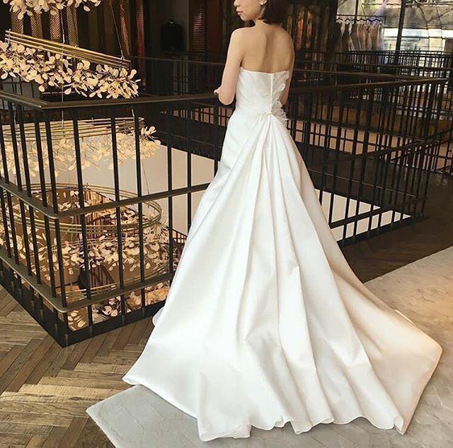 Sublime #Repost @mirrormirror_jp New in!!! . こちらはイタリアのドレスブランド🇮🇹 @giuseppepapini スレンダーラインの大人なシルエットと 腰元から広がる華やかなバックスタイルが 印象的な一着です! イタリアンブランドらしいミカドシルクの 光沢感も美しい✨ #giuseppepapini #ジョゼッペパピーニ #MIRRORMIRROR #ミラーミラー #weddingdress #ウェディングドレス #プレ花嫁#結