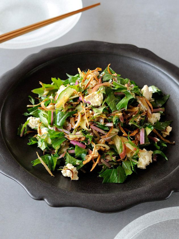 水切り豆腐としゃきしゃき野菜のサラダに、素揚げごぼうのパリパリ感がアクセント。|『ELLE a table』はおしゃれで簡単なレシピが満載!
