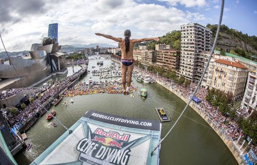 "Jeep, patrocinador oficial del Red Bull Cliff Diving World Series 2015  Jeep ha participado el pasado fin de semana como patrocinador en la gran final del ""Red Bull Cliff Diving World Series 2015″, competición donde los mejores clavadistas del mundo saltaron sobre la ría desde 27 metros de altura. Además, la marca del Grupo Fiat ha sido el coche oficial de este evento."