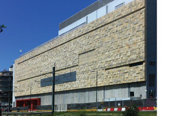 Παρά τη μερική κατεδάφιση τμήματός του, το κτίριο εξακολουθούσε να διαθέτει σημαντικούς ενιαίους χώρους συνολικής επιφάνειας 20.000 m² και συνολικού όγκου 90.000 m³...