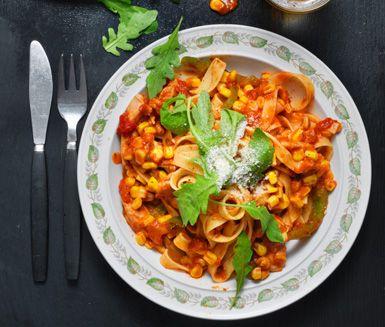 Ett snabblagat och mättande recept på pasta med kyckling och tomat. Du gör kycklingpastan av bland annat kycklinglårfilé, paprika, krossade tomater, majs, tagliatelle, ruccola och smakrik parmesan.