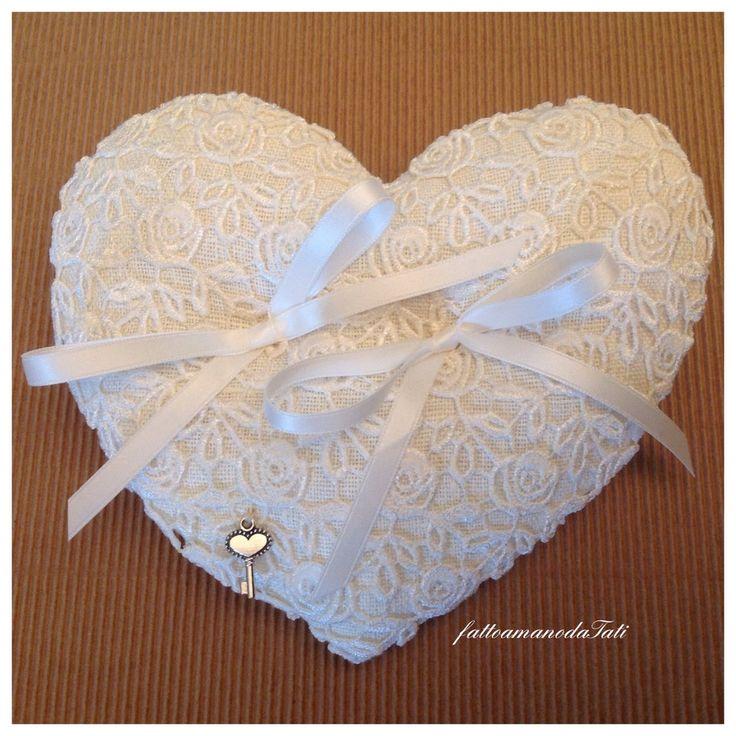 Cuscino per fedi in lino bianco e pizzo a forma di cuore, by fattoamanodaTati, 26,00 € su misshobby.com