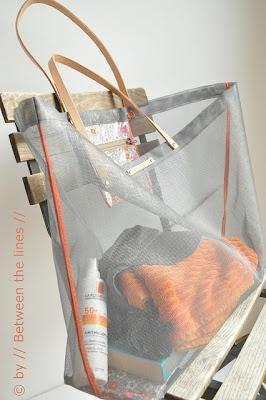 Make this funky mesh beach bag using window screen material and oil cloth... #beach #bag #DIY
