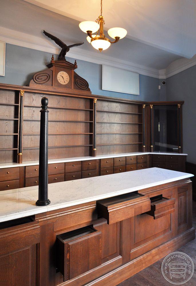 Muzealna ekspozycja zabytkowej apteki - meble drewniane.