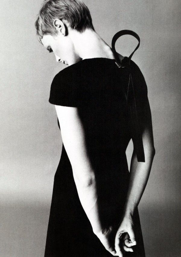 Mia Farrow photographed by Richard Avedon circa 1968. Haircut: Vidal Sassoon.