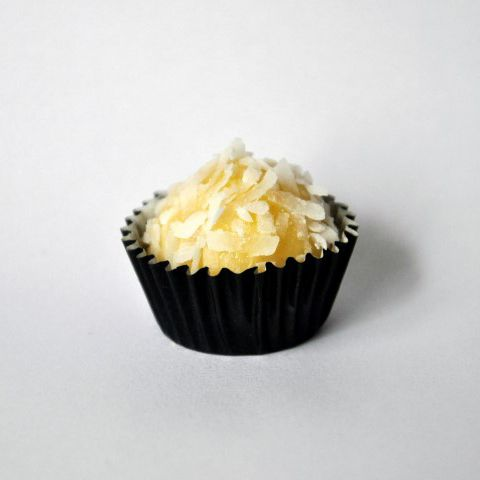 Little Kiss/Coconut brigadeiro - Coconut with coconut flakes. In ...