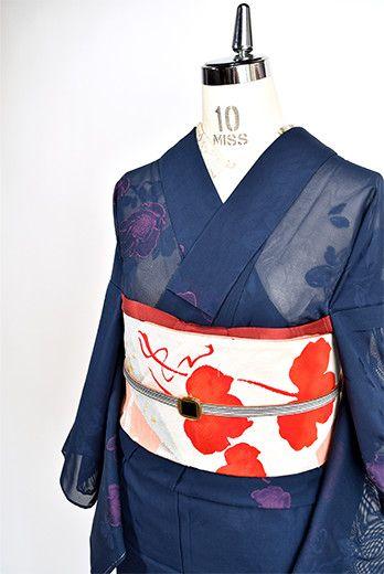宵闇のようなスモークネイビーに、ローズピンクで織り出されたお花模様がふわりと浮かぶ涼やかに透ける紗の夏着物です。
