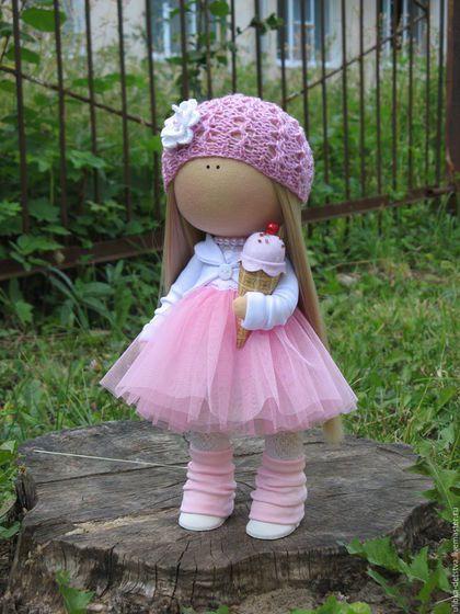 Купить или заказать Куколка Сладкая девочка в интернет-магазине на Ярмарке Мастеров. Все дети и даже взрослые обожают мороженое! А особенно летом, когда стоят чудесные теплые деньки! Погода так и располагает к отдыху и прогулкам на свежем воздухе. Малышка в легком одеянии - пышная невесомая юбочка из мягкого фатина, кружевной топ и белый жакет. Мороженое сшито из хлопка и украшено бусиной и стеклярусом.
