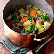 Gulasch-Kartoffel-Topf 9 1 TL Pflanzenöl    150 g Rindergulasch, roh    1 Stück (klein) Zwiebel/n    1 Stück Karotten/Möhren    1/2 Stange(n) Lauch/Porree    300 ml Bouillon/Brühe, zubereitet, bevorzugt Rinderbrühe    100 g Kartoffeln    3 EL Erbsen    1 TL (gehackt) Petersilie    1 Prise(n) Jodsalz    1 Prise(n) Pfeffer