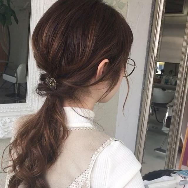 ゆるポニーシリーズ これは時間のない朝にオススメですよ! サイドを残して低めにひとつ結びにしたら、その結び目の上にサイドの髪をくるりんぱ! 毛量多い方でもボリューム出にくい方でもオシャレになります 気軽にリクエスト下さいね #表参道#青山#原宿#表参道美容室#オブヘア#美容室#美容師#簡単アレンジ#アレンジ#ヘアアレンジ#スタイリング#セルフアレンジ#アレンジ動画#結び方#ゆるポニー#ひとつ結び#こなれヘア#こなれ感#おしゃれ#ヘアセット#くるりんぱ#朝#仕事ヘア#ol#大学生#ロングヘア#秋#ハロウィン#丸めがね#時尚