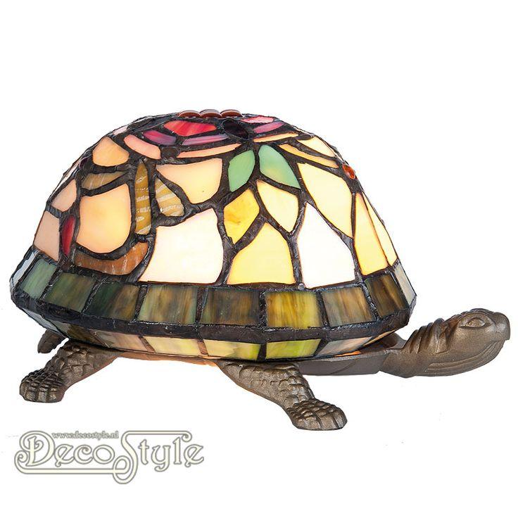 Tiffany Dierenlamp Schildpad  Decoratieve Tiffanylamp in de vorm van een schildpad.  Helemaal met de hand gemaakt van echt Tiffanyglas.  Dit originele glas zorgt voor de warme uitstraling. De poten en de kop zijn bronskleurig. Met 1x kleine fitting (E14) Max 15 Watt.  Met schakelaar aan het stroomsnoer.  Afmetingen: Hoogte: 13 cm Breedte: 22 cm Diepte: 15 cm