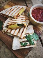 Een heerlijk Mexicaans gerecht: Quesadilla's met kip, ananas en kaas. Snel klaar, makkelijk om te maken en ook lekker als lunch! Recept op Cookingdom, via bron