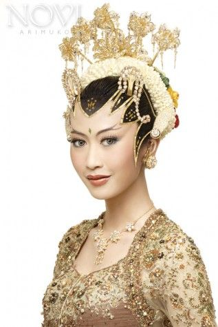 Pengantin adat Jawa dengan tata rias Paes Ageng