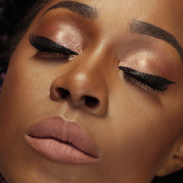 LERT: New Video Online LINK IN MY BIO Ma chi lo l'ha detto che il trucco naturale su pelle scura non si vede ? Ecco il primo look di una lunga serie di video che arriveranno sul canale youtube, la rubrica si chiama #SlayEveryday makeup, e vi proporrò dei makeup perlopiù naturali che possono essere sfoggiati dalla pelle scura.  FACE: Stay Matte But Not Flat Foundation - Deep Golden / NYX No Filter Finishing Powder - Sand / @nyxcosmetics_italy  HD Studio Concealer - Caramel…
