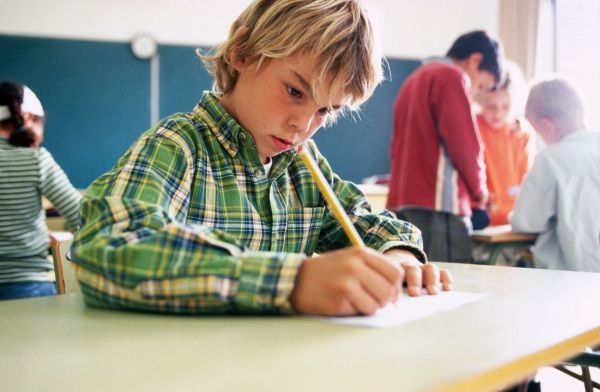Il corsivo si usa sempre meno e anche a scuola il suo insegnamento sta perdendo importanza. Ma studi scientifici hanno messo in evidenza i vantaggi della scrittura corsiva nello sviluppo cognitivo dei bambini. Ecco perché secondo molti esperti è una pratica da rivalutare.