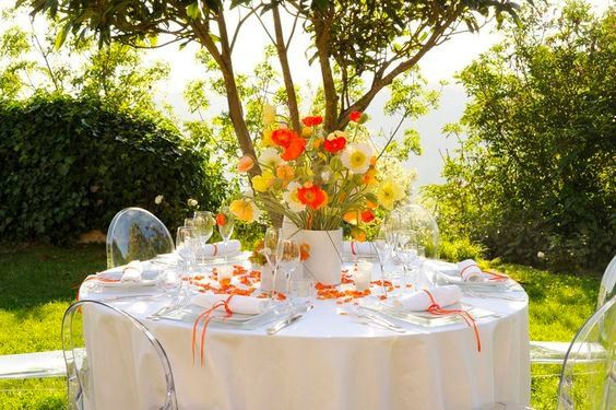Mise en place di matrimonio: centrotavola di fiori di campo