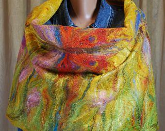 Vilten ontwerper omslagdoek met heldere vlinders bruin rood blauwe sjaal, omslagdoek van een gouden bruine kleur, dubbelzijdig sjaal met franjes