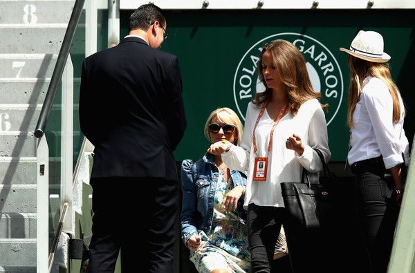 Kim Sears Photos Photos - Kim Sears, Wife of Andy Murray makes her way into Court Philippe Chatrier prior to the mens singles semi-final match between Andy Murray of Great Britain and Stan Wawrinka of Switzerland  on day thirteen of the 2017 French Open at Roland Garros on June 9, 2017 in Paris, France. - 2017 French Open - Day Thirteen