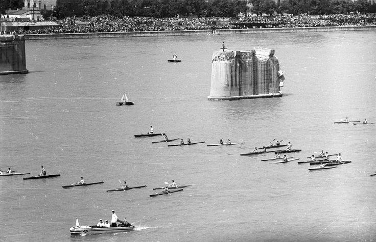 1960 - az egykori Kossuth híd pillérei előtt evezősök, a vízi- és légiparádé részeseiként - http://egyenlitofoto.blog.hu/2015/08/20/augusztus_20-i_unnepsegek_a_20_szazad_budapestjen