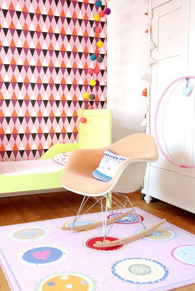 DIYnstag: 10 Ideen für die Wandgestaltung im Kinderzimmer | SoLebIch.de #kidsroom #walls #wallcolour #interior #diy #doityourself #tapete #wallpaper #eameschair