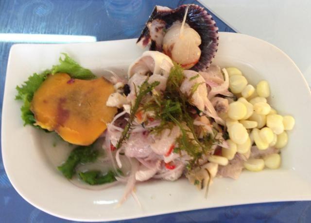Se prepara con pescado y mariscos frescos