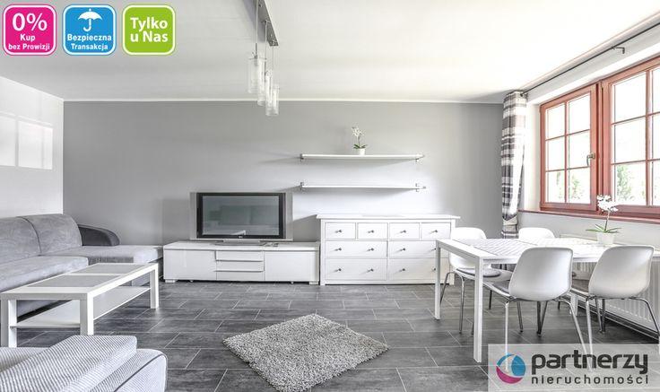 To urokliwe mieszkanie składa się z pokoju z aneksem kuchennym, sypialni, przedpokoju oraz łazienki. Liczy 50m.kw. Apartament jest w pełni wyposażony. W kuchni zabudowa oraz sprzęt AGD. W salonie sofa, w części jadalnianej stół, natomiast w sypialni łóżko wraz ze stolikami nocnymi oraz szafą. Zabudowy stałe objęte są ceną sprzedaży, meble ruchome są kwestia umowną. Południowo-wschodnia ekspozycja okien zapewnia naturalne doświetlenie.