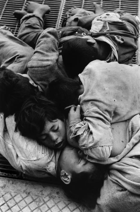 Sergio Larrain - Children living around the Mapocho river (Chile) and sleeping under bridges. S)