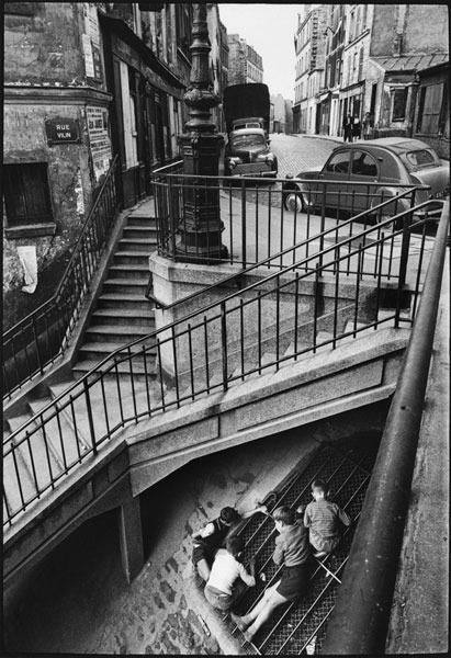 Carrefour de la rue Vilin et de la rue Piat, Belleville, #Paris en 1959 #Photo de Willy Ronis