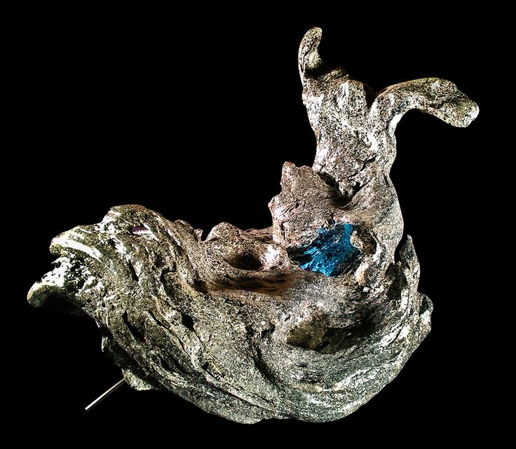 Lampada a forma di lumaca realizzata con legno di mare e verniciata con effetto pietra calcarea. Impianto di illuminazione a led. Pezzo unico ed irripetibile. In vendita.