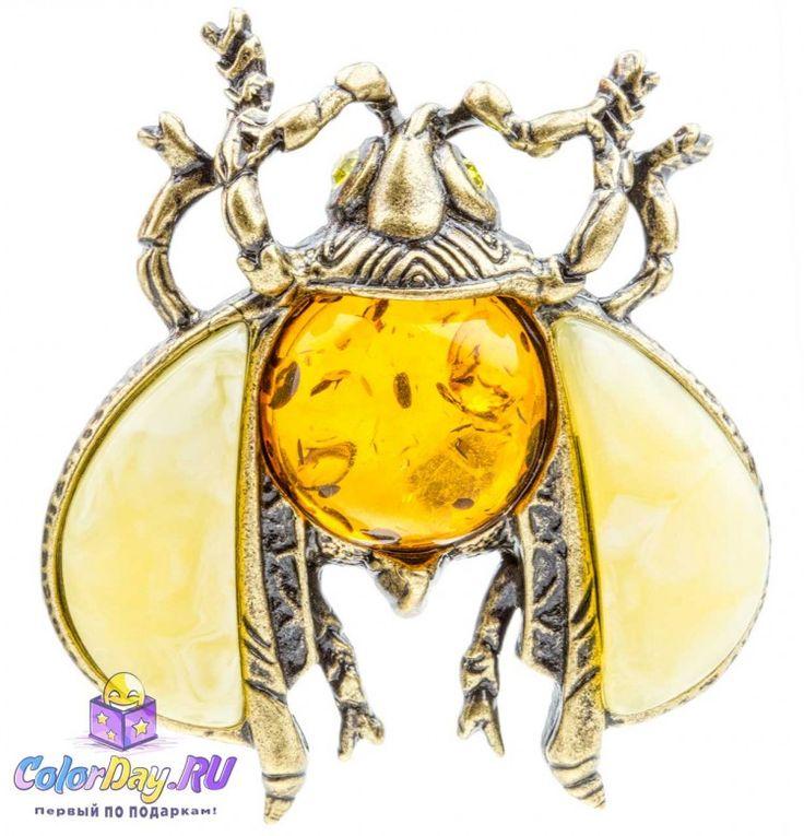 Крупный майский жук в виде очаровательной броши с янтарем прилетит на Ваше платье и очарует всех Ваших поклонников.