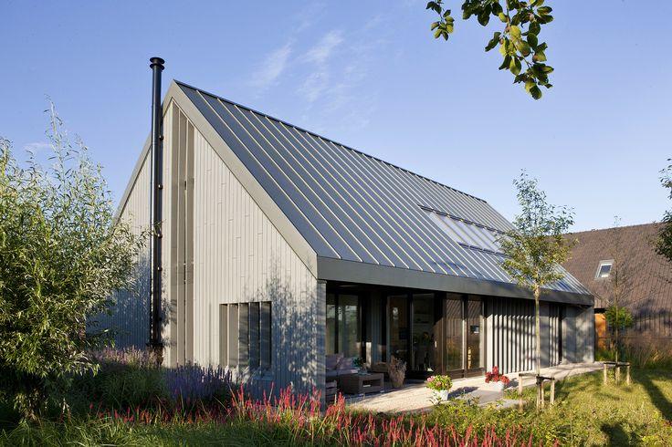Moderne schuurwoning een moderne landelijk gelegen woning in een ingetogen grijze kleur met - Moderne kleur huis ...