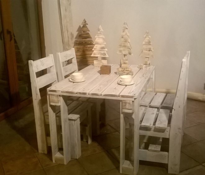 Recycled Pallet Table with Chairs