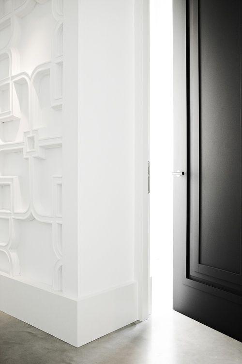 Deur van Piet Boon, maar ook een hele mooie wand. Van de muur een soort kunstwerk gemaakt.