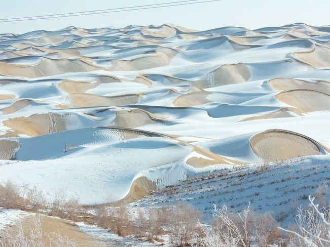 O deserto de Taklamakan (ou Taklimakan) fica em um lugar frio, situado na região do Xinjiang, China. As temperaturas chegam a -2 ºC. Chove apenas 100 mm por ano, o bastante para criar uma camada de neve sobre a areia. Em 2008, foi completamente coberto pela neve. É o 15º maior do mundo.