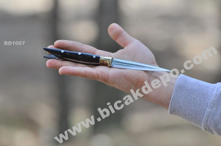 Ürün Kodu: BD1007 Bıçağın Çelik ÖzelliğiIsıl İşlem Görmüş 4034 Kalite  PASLANMAZ ÇELİK Tam Boy21,5 cm  Namlu Boyu 10  cm Et Kalınlığı3,5 mm Sap Malzemesi - Balçak Malzemesi Kök Cevizi & Orjinal Pirinç Malzeme  Web Sitemiz Satış Mağazası  : www.bicakdepo.com Ömürlük Kullanıma uygun dayanıklılıkta üretilmiştir. KARGO BİZDEN Kapıda Ödeme & Havale & Kredi Kartına Taksit  = 75 TL Sipariş & Detay WhatsApp : 0 530 300 7630