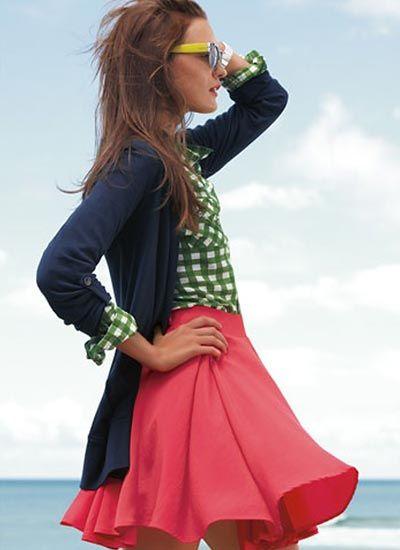 ギンガムチェックシャツ×ネイビーカーデのコーデ(レディース)海外スナップ   MILANDA