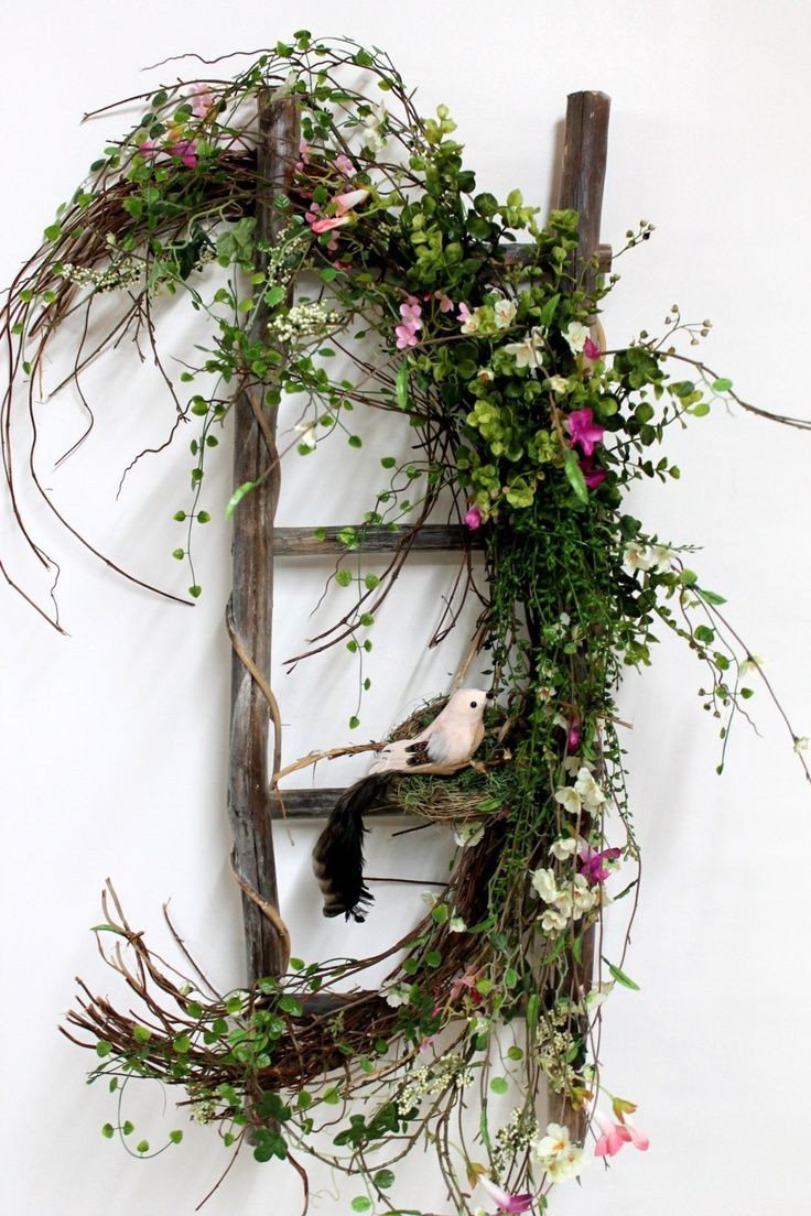 Spring ladder décor. Would make into Christmas deco instead.