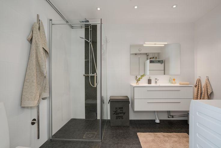 snyggt renovera badrum - notera hur man placerat spottarna i taket. snyggt också när man matchar ett uppdrag från golvet på väggen tycker vi!